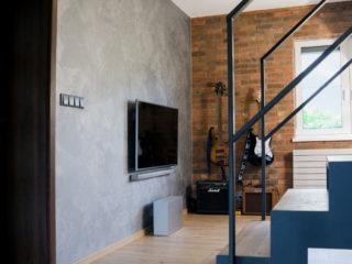 Benátský štuk aplikovaný na stěnu za televizorem
