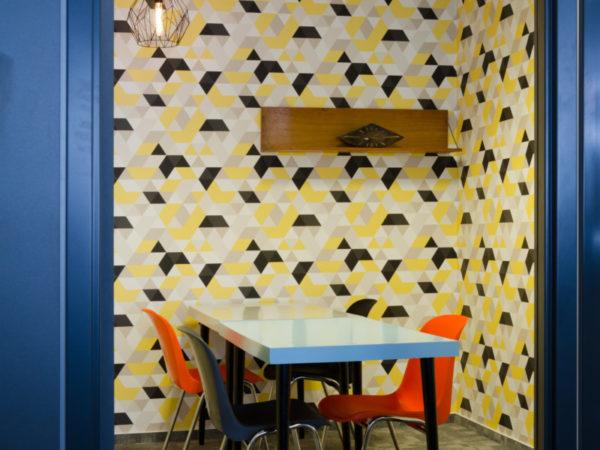 retro tapeta v žluto-bílo-černých barvách s retro nábytkem pro mall.cz