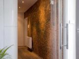 pohled do chodby s aplikací antické zeminy na sténách