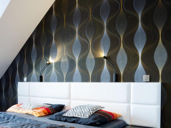 design interiéru ložnice s tapetou a tlumeným osvětlením