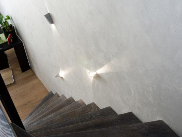 decentní antická zemina použita na stěně schodiště