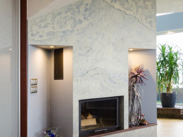luxusní povrch antické zeminy použitý na stěně s krbem v obývacím pokoji
