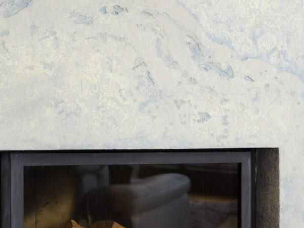 antická zemina v modravém odstínu použita na stěně u krbu