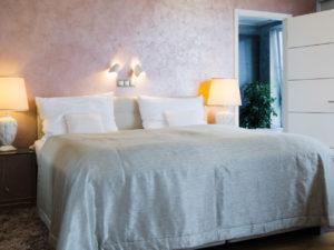 luxusní povrchy můžete použít i pro ložnici, jako zde v realizaci starorůžové výmalby