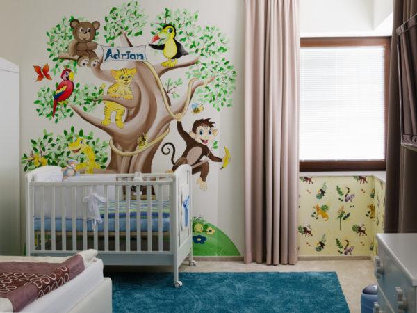 pro dětské pokoje lze použít nástěnnou malbu pohádkového stromu se zvířaty