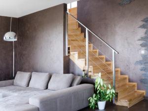 výmalba obývacího pokoje hnědou barvou