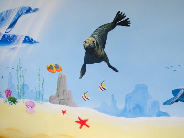 výmalba dětského pokoje s nástěnnou malbou tuleně v oceánu