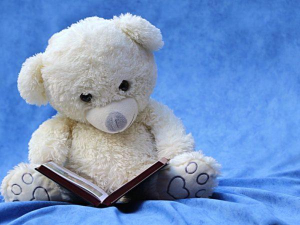 plyšový medvídek v dětském pokoji